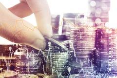 Gouden van de muntstukkengeld en grafiek economie voor investeringsfinanciën stock fotografie