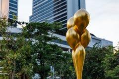 Gouden Vrije Vorm Abstract Art Piece in het Park Royalty-vrije Stock Afbeeldingen