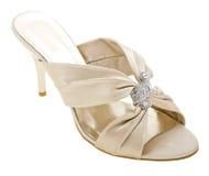 Gouden vrouwenschoen die op wit wordt geïsoleerdn Royalty-vrije Stock Foto's