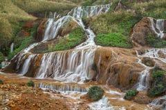 Gouden waterval op een berg stock afbeelding