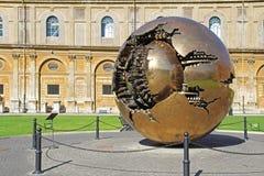 Gouden wereldbal in Vatikaan met groen gras Mooie oude vensters in Rome (Italië) royalty-vrije stock foto's