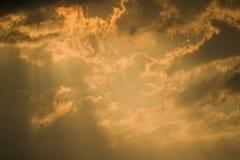 Gouden wolken en stormachtige hemel. Royalty-vrije Stock Foto's