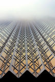 Gouden Wolkenkrabber in de mist Stock Foto's