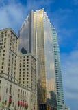 Gouden wolkenkrabber en het ouderwetse Koninklijke York Hotel van Fairmont Royalty-vrije Stock Fotografie
