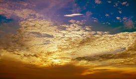 Gouden wolkenlaag en blauwe hemel Royalty-vrije Stock Afbeeldingen
