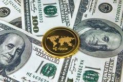 Gouden xrp dichte omhooggaand van de muntstukrimpeling, het muntstuk op Amerikaans dollarsgeld Stock Foto's