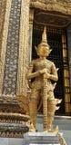 Gouden Yaksa-reus die in volledige decoratie koninklijke tempel bewaken Stock Fotografie