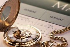 Gouden zakhorloge en kalender royalty-vrije stock afbeeldingen