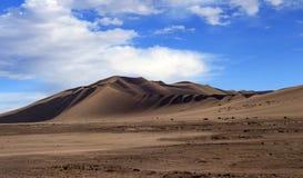 Gouden zandduin 7 en witte wolken op een zonnige dag royalty-vrije stock afbeeldingen