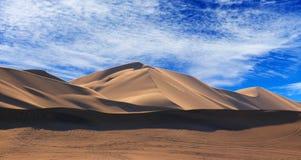 Gouden zandduin 7 en witte wolken op een zonnige dag stock afbeelding