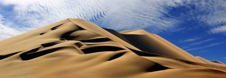 Gouden zandduin 7 en witte wolken op een zonnige dag stock foto's