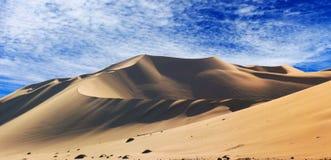 Gouden zandduin 7 en witte wolken op een zonnige dag royalty-vrije stock foto