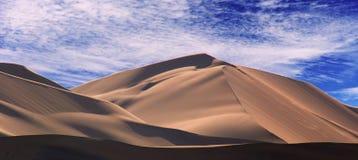 Gouden zandduin 7 en witte wolken op een zonnige dag stock afbeeldingen