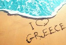 Gouden zandig strand met de inschrijving op het zand door het overzees - I-liefde Griekenland Beste stranden in Europa royalty-vrije stock foto