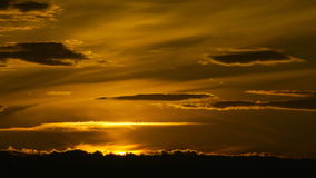 Gouden zonsondergang stock footage