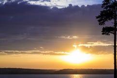 Gouden zonsondergang bij meer Royalty-vrije Stock Foto's