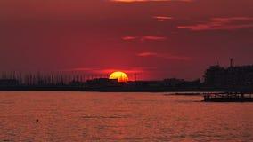 Gouden zonsondergang boven de jachthaven in Rome Stock Afbeelding