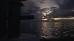 Gouden zonsondergang boven de oceaan stock footage