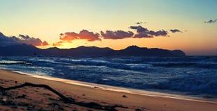 Gouden zonsondergang en stormachtige overzees in het strand. Royalty-vrije Stock Fotografie