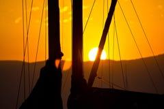 Gouden zonsondergang en zeilboten Stock Foto