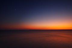 Gouden zonsondergang met maan over de Zwarte Zee dichtbij kaap Kaliakra, B Stock Foto