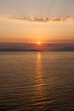 Gouden zonsondergang met stralen boven louds, zon in bovenkant derde Royalty-vrije Stock Foto