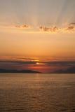 Gouden zonsondergang met stralen boven verticale louds, Stock Foto's