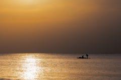 Gouden zonsondergang met vissersboot royalty-vrije stock afbeelding