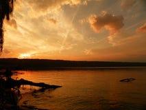 Gouden zonsondergang op de meerkust Stock Foto's
