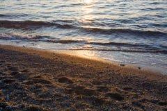 Gouden zonsondergang op de overzeese kust Stock Afbeelding