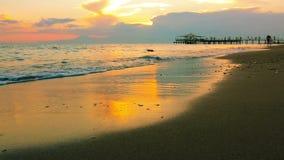 Gouden zonsondergang op het strand stock videobeelden