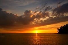 Gouden zonsondergang op het strand met avondgloed Het overzeese bezinningsrode licht als zonsopgang stock afbeeldingen
