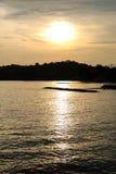Gouden zonsondergang op overzeese kust Royalty-vrije Stock Afbeelding