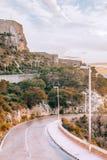 Gouden zonsondergang op weg met kasteel op de achtergrond stock fotografie