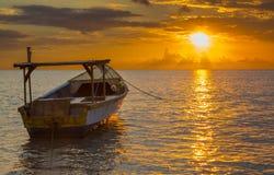 Gouden zonsondergang over het overzees Stock Afbeelding