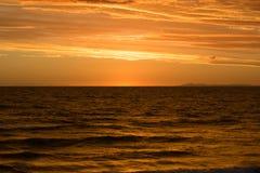 Gouden zonsondergang over het overzees Stock Afbeeldingen