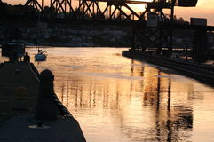 Gouden zonsondergangbezinningen Stock Fotografie