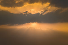Gouden zonsonderganghemel Royalty-vrije Stock Afbeeldingen