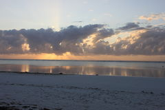 Gouden zonsopgang achter de wolken Stock Foto's