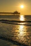 Gouden Zonsopgang Cherry Grove Pier Myrtle Beach Royalty-vrije Stock Afbeelding