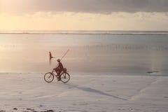 Gouden zonsopgang en visser op een fiets Royalty-vrije Stock Afbeelding