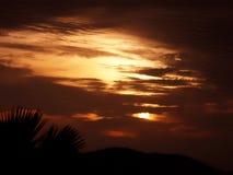 Gouden zonsopgang met bewolkt stock fotografie