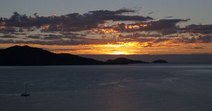 Gouden zonsopgang over de tropische eilanden Stock Foto