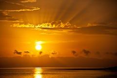 Gouden zonsopgang over het overzees stock afbeelding