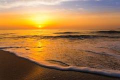 Gouden zonsopgangzonsondergang over de overzeese oceaangolven Royalty-vrije Stock Foto