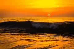 Gouden zonsopgangzonsondergang over de overzeese oceaangolven Stock Foto