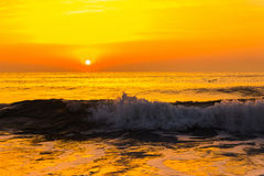 Gouden zonsopgangzonsondergang over de overzeese oceaangolven Royalty-vrije Stock Afbeelding