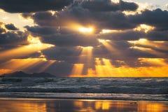 Gouden zonstralen op het overzees bij zonsondergang Stock Afbeelding