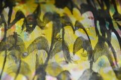 Gouden zwarte donkere wasachtige druppelsverf De abstracte achtergrond van de waterverfverf Royalty-vrije Stock Foto's