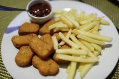 Goudklompjes met frieten stock foto's